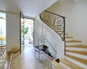 entree-ou-couloir-moderne-couloir-lumineux-avec-escalier